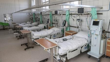Các giường bệnh được trang bị máy trợ thở chờ đón bệnh nhân nhiễm Coronaviru tại Bệnh viện Szent János, Budapest, cuối tháng 3-2020 - Ảnh: Huszti István (index.hu)
