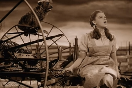 "Judy Garland hát ""Somewhere Over the Rainbow"" trong ""The Wizard of Oz"" - Ảnh chụp màn hình"
