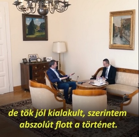 Bộ trưởng Bộ Ngoại giao và Kinh tế Đối ngoại Hungary Szijjártó Péter (trái) Tổng Giám đốc Wizz Air, ông Váradi József - Ảnh chụp màn hình
