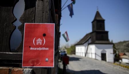Tấm bảng đề nghị người dân hãy ở nhà tại Di sản Thế giới UNESCO, vùng Hollókő, ngày 9-4-2020 - Ảnh: Komka Péter (MTI)