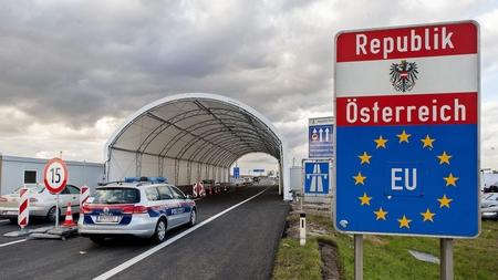 Cửa khẩu chính giữa Hungary và Áo ở vùng Hegyeshalom - Nickelsdorf, với điểm kiểm tra được thiết lập năm 2016 - Ảnh: Krizsán Csaba (MTI)