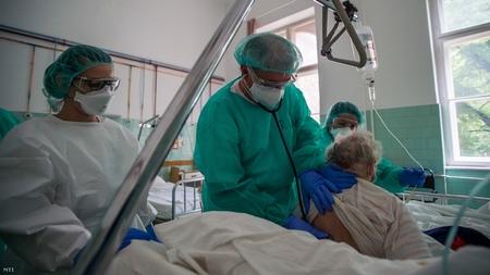 Một bệnh nhân được khám tại Bệnh viện Szent János, Budapest, ngày 14-5-2020 - Ảnh: Balogh Zoltán (MTI)
