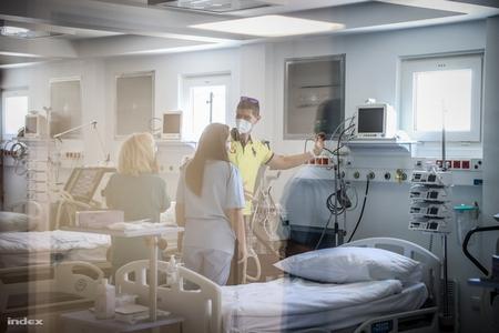 Bệnh viện di động ở TP. Kiskunhalas, nơi sẽ điều trị các bệnh nhân Covid-19, trong ngày cắt băng khánh thành vào 24/4/2020 - Ảnh: Huszti István (index.hu)