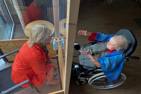 """Trò chuyện với một """"cư dân"""" Viện Dưỡng lão Les Jardins d'Astid ở Maurage La Louviere (Bỉ), ngày 29-4-2020 - Ảnh: Thierry Roge (AFP)"""