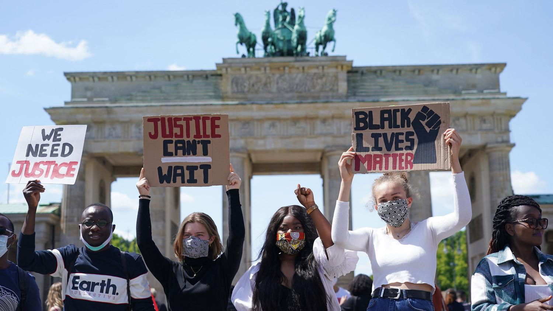 Biểu tình chống lại sự bất bình đẳng và hành vi bạo lực của cảnh sát đối với người Mỹ gốc Phi trước cổng Brandenburg (Berlin) - Ảnh: Sean Gallup