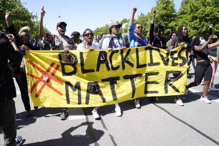 """Biểu ngữ """"Người da màu cũng đáng được sống"""" trước trụ sở Đại sứ quán Mỹ tại Đan Mạch - Ảnh: Ida Guldbaek Arentsen (AFP)"""
