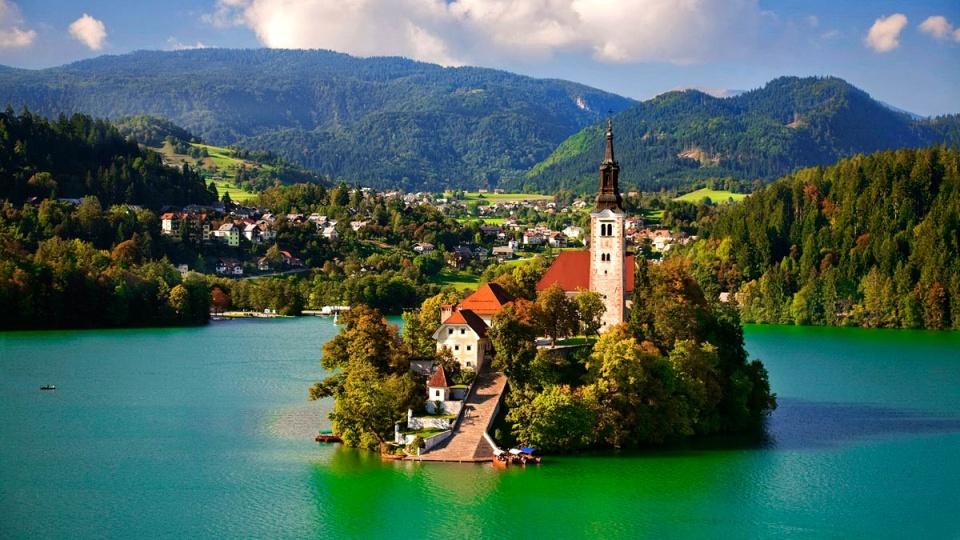 """Hồ Bled, """"thiên đường hạ giới"""" ở Slovenia luôn thu hút du khách - Ảnh: travelorigo.com"""
