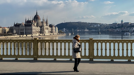 Budapest cũng sẽ được nới lỏng các hạn chế về đi lại - Minh họa: Huszti István (index.hu)