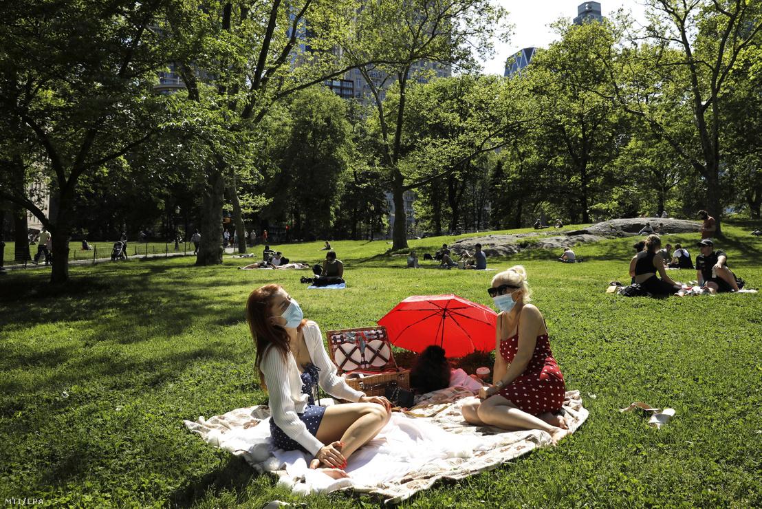 Tiếp xúc ngoài trời vẫn cần giữ khoảng cách an toàn. Công viên Central, New York, Mỹ, ngày 17-5-2020 - Ảnh: Peter Foley (EPA)