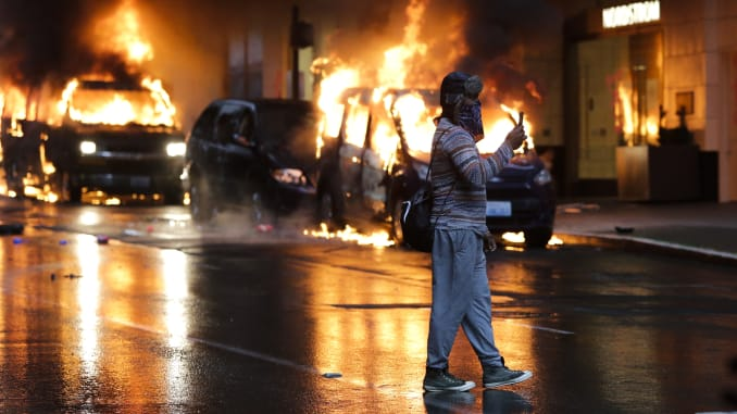 Như nhiều dịp khác, bạo hành cảnh sát đối với ngươi da đen là cái cớ cho những cuộc bạo loạn - Ảnh: Jason Redmond