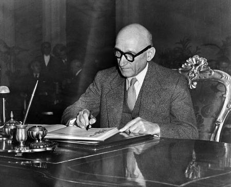 Robert Schuman (1886-1963) đặt bút ký Công ước Nhân quyền Châu Âu, ngày 4-11-1950 - Ảnh: Ủy hội Châu Âu (CE)