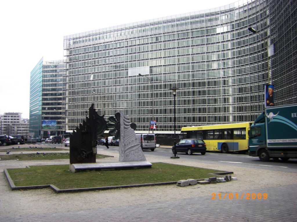 Quảng trường mang tên Robert Schuman ở trung tâm Khu Châu Âu tại thủ đô Brussels, nơi tọa lạc trụ sở của nhiều định chế chính của Liên Âu như tòa nhà Berlaymont (Ủy ban Châu Âu) và tòa nhà Justus Lipsius (Hội đồng Liên minh Châu Âu)