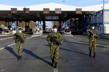 Các quân nhân Serbia tuần tra tại biên giới nước này với Cộng hòa Croatia, ngày 20-3-2020 - Ảnh: Oliver Bunic (AFP)