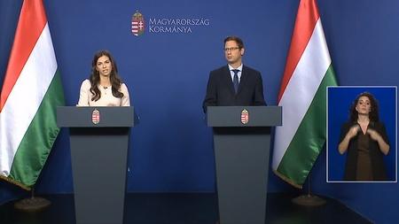 Bộ trưởng Gulyás Gergely (trái) cùng Phát ngôn viên Chính phủ Szentkirályi Alexandra trong họp báo hôm nay, 21-5-2020 - Ảnh chụp màn hình