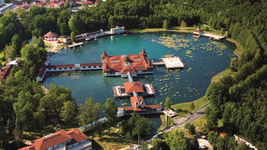 Hồ nước nóng chữa bệnh lớn nhất Trung Âu - Hévíz luôn là điểm nghỉ dưỡng lý tưởng - Ảnh: csodalatosbalaton.hu
