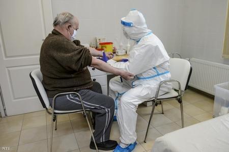 Chuyên viên thuộc Đại học Debrecen lấy mẫu huyết thanh cho xét nghiệm Covid-19, ngày 13-5-2020 - Ảnh: Komka Péter (MTI)