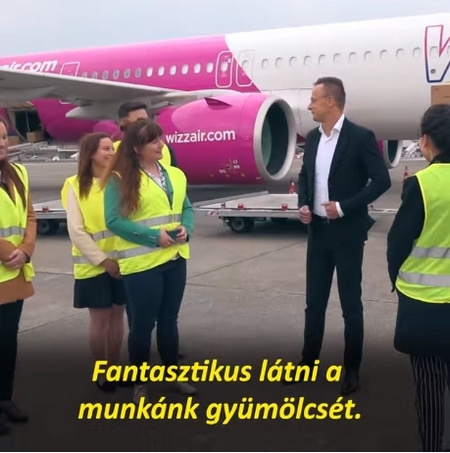 Ngoại trưởng Szijjártó Péter đón chuyến bay thứ 100 tại Sân bay Quốc tế Liszt Ferenc (Budapest) - Ảnh chụp màn hình
