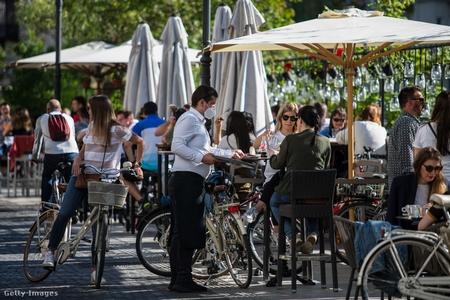 Khách tại một tiệm cà phê ở thủ đô Ljubljana, ngày 4/5/2020 - Ảnh: Luka Dakskobler