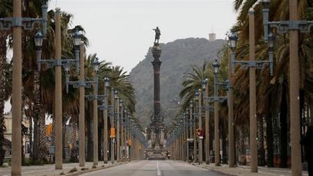 Trung tâm Barcelona vắng lặng trong mùa dịch bệnh - Ảnh: Nacho Doce (Reuters)