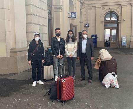 Cuộc chia tay cảm động ở sân ga - Ảnh: Trịnh Thắng