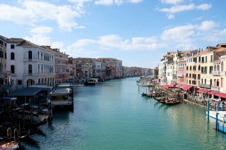 Các dòng kênh của Venice sạch sẽ hơn nhiều khi không có du khách và tàu bè - Ảnh: Manuel Silvestri (Reuters)