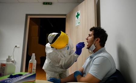 Lấy mẫu xét nghiệm sàng lọc Covid-19 tại Phòng Y tế thuộc Cung Thể thao Alba Regia (TP. Székesfehérvár) để đánh giá Coronavirus trong cộng đồng, ngày 12-5-2020 - Ảnh: Vasvári Tamás (MTI)