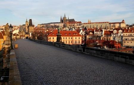 """Đã qua cảnh cây """"Cầu Tình"""" (Karlův most) nổi tiếng không một bóng người thời kỳ Praha bị phong tỏa, ngày 16-3-2020 - Ảnh: David W Cerny (Reuters)"""