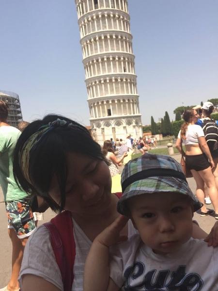 Tác giả cùng con trai bên Tháp nghiêng Pisa, Ý (2015) - Ảnh do nhân vật cung cấp