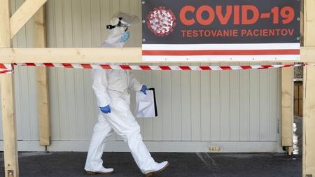 Nhân viên y tế tại một trạm kiểm dịch Bratislava, ngày 8-4-2020 - Ảnh: Joe Klamar (AFP)