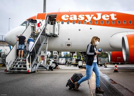 Hành khách lên máy bay của hãng hàng không Anh EasyJet tại Phi trường Quốc tế Schipol (Amsterdam, Hà Lan), ngày 1-7-2020 - Ảnh: Remko De Waal (EPA)