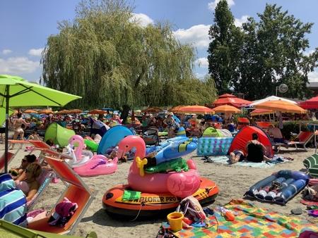 """Hồ Balaton trong mùa Covid-19 thực sự trở thành """"biển"""" của cư dân Hung - Ảnh: likebalaton.hu"""