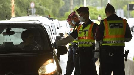 Cảnh sát kiểm tra người nhập cảnh tại cửa khẩu Vámosszabad, biên giới Hungary - Slovakia, ngày 5-6-2020 - Ảnh: Máthé Zoltán (MTI)