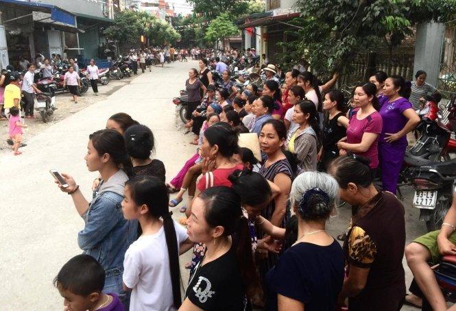 Người dân Đồng Tâm xếp hàng dài đón ông Lê Đình Kình xuất viện, ngày 2-5-2017 - Ảnh: Nguyễn Khán (vtc.vn)