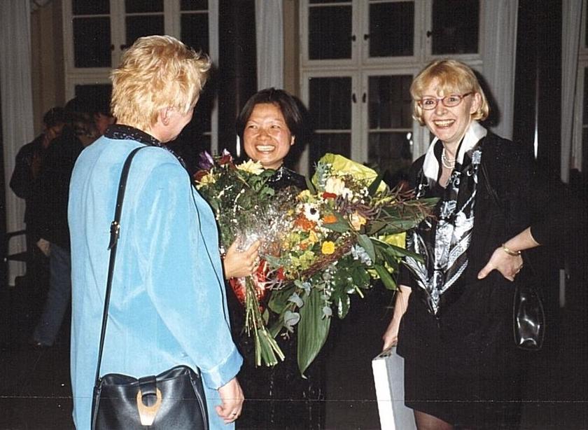 Chị Hoài Thu Loos trong Lễ trao Giải thưởng 'Người Phụ nữ Berlin' (Berliner Frauenpreis 1999), cùng Bộ trưởng Bộ Phụ nữ và Lao động Tiểu bang G. Schöttler và Thứ trưởng K. Korthăse. Tòa Thị chính Đỏ, Berlin tháng 3-1999 - Ảnh tư liệu