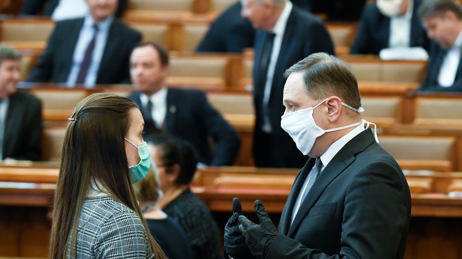 """Tháng 3/2020, đây là vài vị ĐBQH hiếm hoi """"tự giác"""" dùng khẩu trang, nhưng giờ đây đã là bắt buộc - Ảnh: Koszticsák Szilárd (MTI)"""