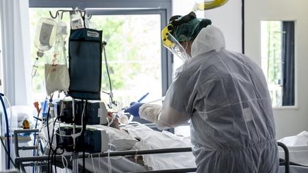 Bác sĩ trong trang phục phòng hộ chăm sóc bệnh nhân Covid-19 tại Bệnh viện Szent László, Budapest ngày 8-5-2020 - Ảnh: Árvai Károly (MTI)