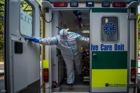Xe cứu thương tới Viện Phổi Quốc gia mang tên Korányi để chở một bệnh nhân nhiễm Covid-19 - Ảnh: Balogh Zoltán (MTI)