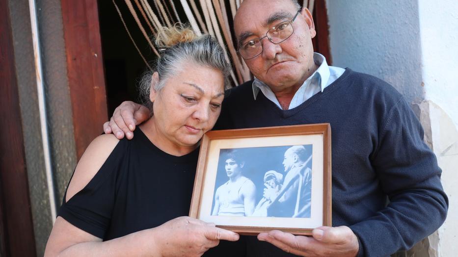 Các em của Danyi Jenő, Gyula và Anna đã đệ đơn tố giác lên cảnh sát về vụ hành hung mà họ coi là có vai trò trong cái chết của anh mình - Ảnh: Pozsonyi Zita (blikk.hu)