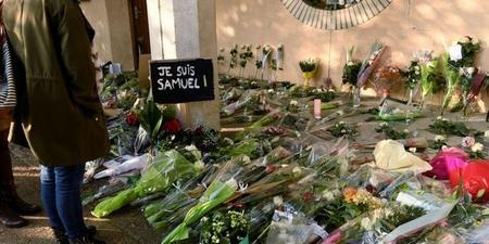 Hoa được đặt tại nơi thầy giáo bị sát hại - Ảnh: Bertrand Guay (AFP)