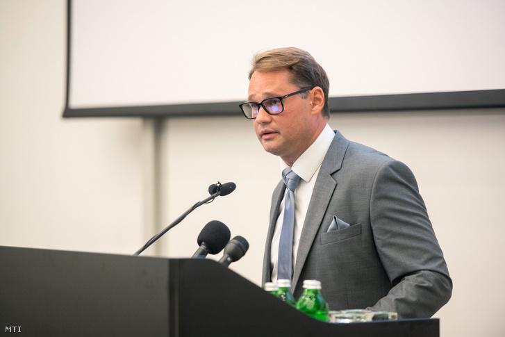 GS. TS. Jakab Ferenc, nhà nghiên cứu virus học hàng đầu của Hungary - Ảnh: Sóki Tamás (MTI)