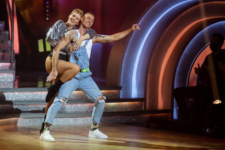 """Nữ diễn viên Osvárt Andrea (trái) cũng bị nhiễm Covid-19 và do đó không thể diễn được trong chương trình """"Dancing with the Stars"""" - Ảnh: Keller Mátyás (ripost.hu)"""