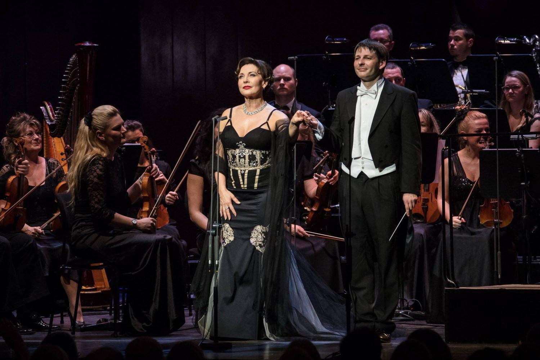 Coronavirus cũng không tha nữ danh ca opera Rost Andrea (giữa) - Ảnh: Facebook của nhân vật