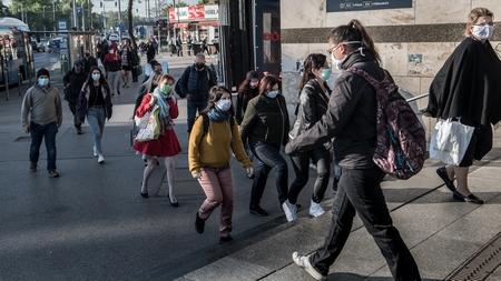 Khách bộ hành đeo khẩu trang trong mùa dịch, ngày 27-4-2020 - Ảnh: Bődey János (index.hu)