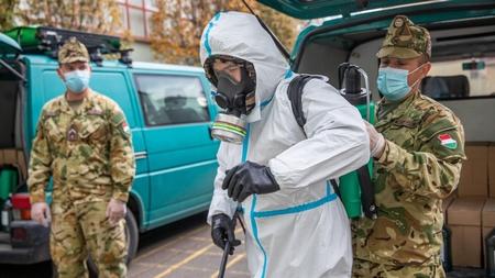 Quân đội Hungary hỗ trợ việc khử trùng tại một cơ sở giáo dục ở vùng Oroszháza, ngày 24-10-2020 - Ảnh: Rosta Tibor (MTI)