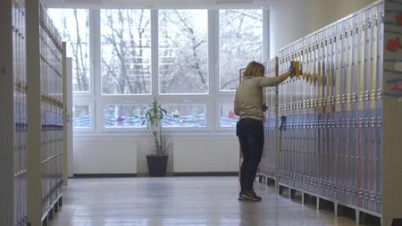 Các trường sở luôn phải quét dọn và khử trùng - Ảnh: Bruzák Noémi (MTI)