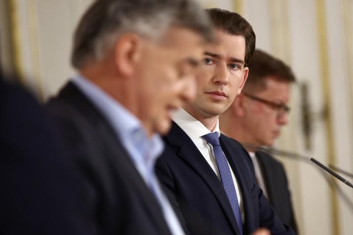 Phó Thủ tướng Werner Kogler và Thủ tướng Sebastian Kurz trong buổi họp báo chung ngày 14/11/2020 - Ảnh: Lisi Niesner (Reuters)