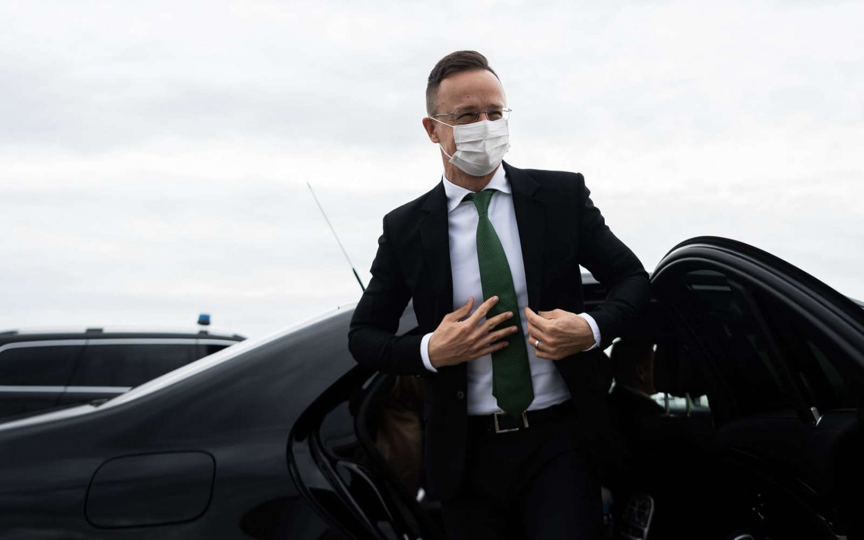 Ngoại trưởng Szijjártó Péter trên đường ra sân bay về lại Hungary - Ảnh: Facebook của nhân vật