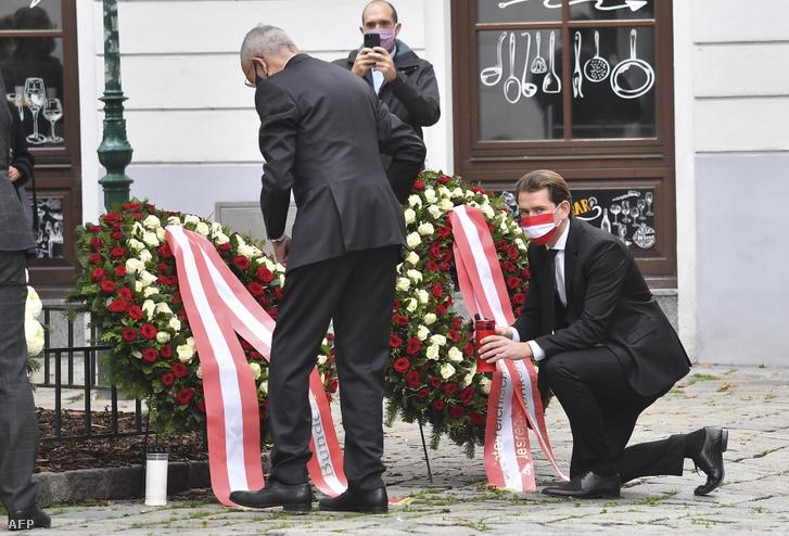 Thủ tướng Sebastian Kurz đặt hoa tại hiện trường vụ khủng bố - Ảnh: Joe Klamar (AFP)