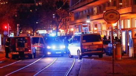Vụ tấn công khủng bố xảy ra ở gần Nhà thờ chánh tòa Stephansdom và Quảng trường Stephansplatz, trung tâm phố cổ Vienna - Ảnh: Leonhard Foeger (Reuters)