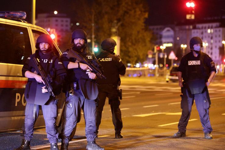 Cảnh sát chặn một con phố gần Schwedenplatz - Ảnh: Lisi Niesner (Reuters)
